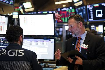 U.S. stocks close higher amid stronger-than-expected GDP growth report