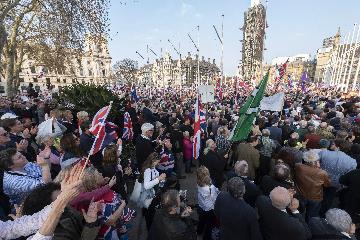 【精选】英国民众疯狂囤红酒、厕纸和意面 原因竟然是……
