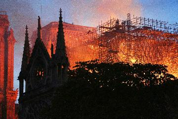 详讯:巴黎圣母院发生大火 建筑损毁严重