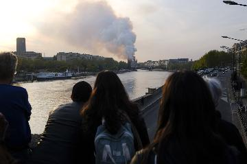 巴黎圣母院塔尖在大火中倒塌