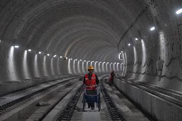 中国首条智能高铁京张高铁全线轨道贯通