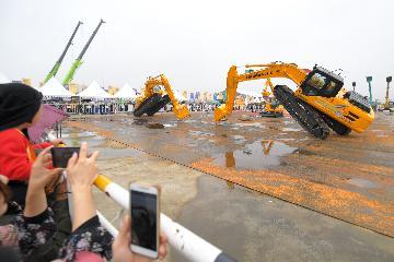 挖掘机热销折射中国经济旺盛活力