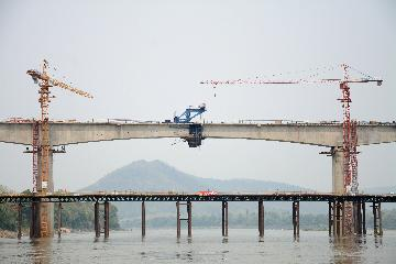 China-Laos railways 1st bridge span completed over Mekong River