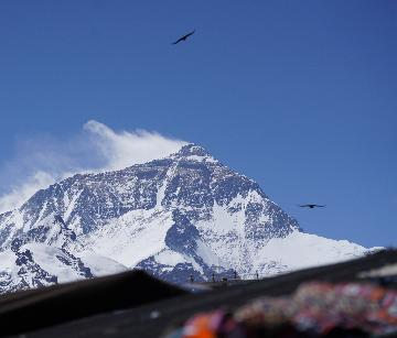 "Mt. Qomolangma mired in ""chaos"", stricter regulations required"
