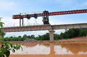 Last beam of longest bridge along China-Laos railway erected