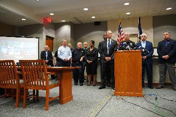 美国警方确认比奇市政中心枪击案枪手为市政员工