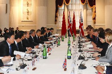 国家发展改革委副主任宁吉喆与英方签署《关于开展第三方市场合作的谅解备忘录》