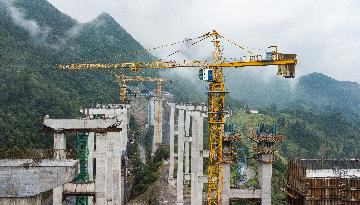 Chinese govt debt ratio rises on expanding pro-growth spending