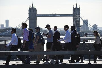 """综述:""""脱欧""""前景不明加大英国经济衰退可能性"""