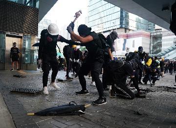 """香港各界促请特区政府引入""""禁蒙面法"""""""