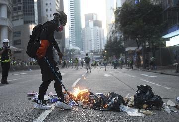 香港特区政府强烈谴责激进示威者焚烧国旗投掷汽油弹等暴行