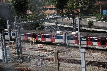 香港列車出軌事故致8人受傷 警方封鎖現場進行調查