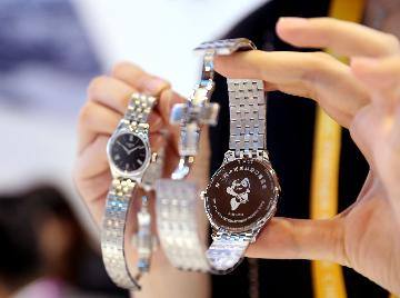 "Swiss watch exports see ""unprecedented"" drop in H1, mitigated by China"