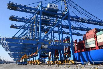 中国前11个月外贸进出口同比增长2.4%