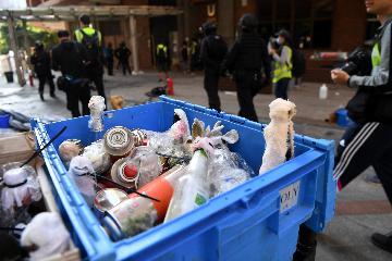 特写:香港警方进入理工大学调查