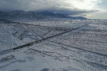 敦煌铁路全线开通运营 中国西北首条环形铁路网打通