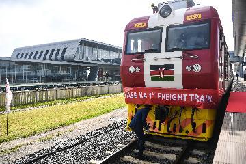 特写:火车鸣笛声吹响东非内陆繁荣号角--记内马铁路一期货运通车