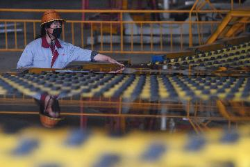 Chinas manufacturing PMI falls in April