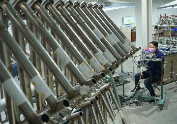 Chinas industrial output up 3.9 pct in April as activities recover