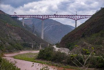 China-Laos railway completes cross-Mekong River bridges beam installation