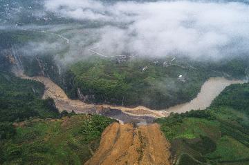 Landslide blocks river, forms barrier lake in Chinas Hubei
