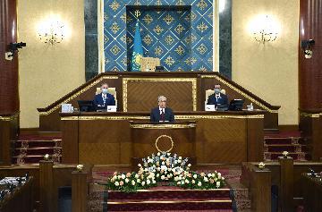 哈萨克斯坦总统强调将加快经济多元化发展