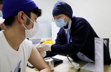 China Focus: With confidence in vaccine, key groups in China get COVID-19 shots