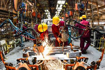 Economic Watch: Chinas manufacturing PMI edges down as holiday slackens activity