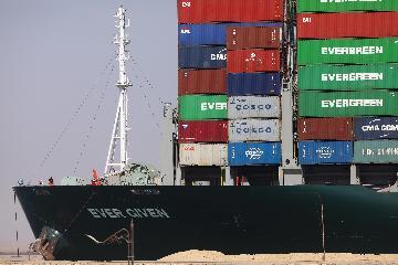 113艘集裝箱貨輪已通過疏通後的蘇伊士運河