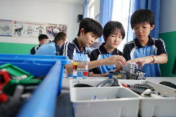 Xi stresses all-round development of middle school students